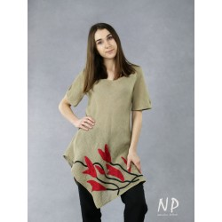 A linen twill blouse with an asymmetrical hem and sewn-on flowers.