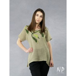 Linen blouse with short sleeves and hand-sewn flowers.