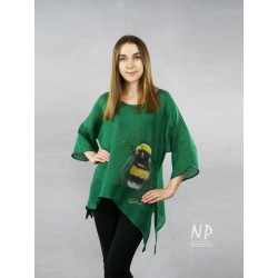 Green linen blouse with elongated sides, decorated with a hand-painted bee