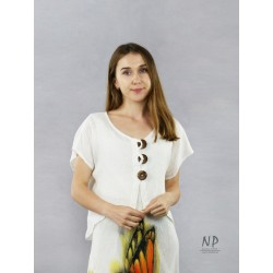 Short linen blouse fastened with coconut buttons
