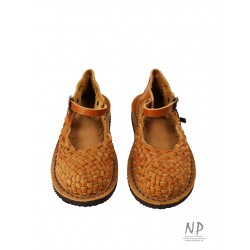 Full sandals, woven leather straps in the color of natural leather