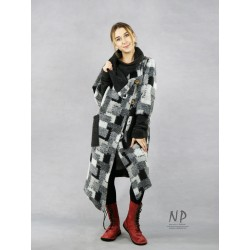 Women's oversize wool coat with a large collar, asymmetrically fastened with coconut buttons