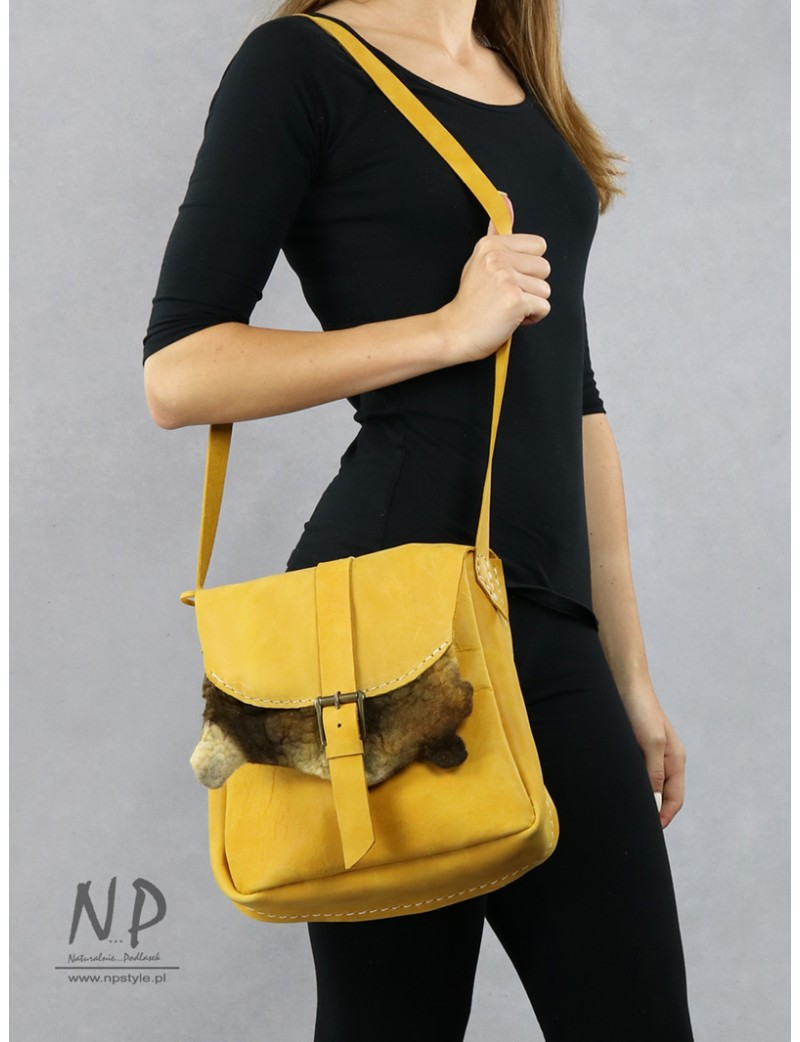 Hand-sewn medium-sized leather shoulder bag with an adjustable strap
