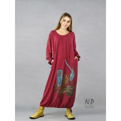 Maroon maxi dress with wide sleeves, oversize type, decorated with hand-painted patterns.