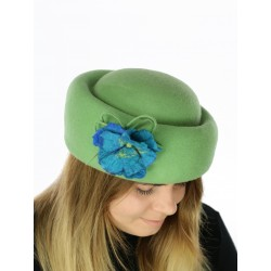An elegant toque with a felted floral decoration
