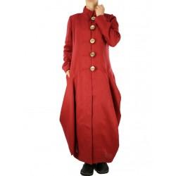 Płaszcz lniany w kolorze ciemnej cegły.